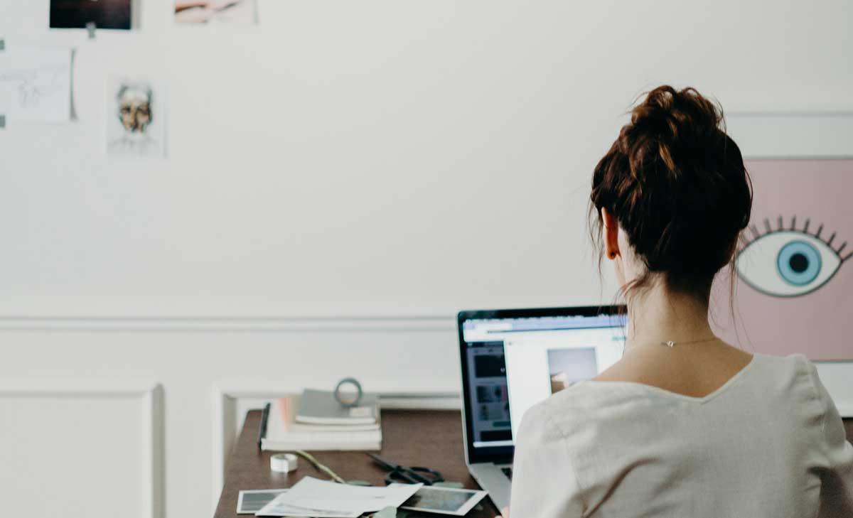 Télétravailleuse travaillant devant son ordinateur